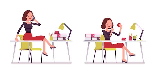 Conjunto de joven secretaria sentada en el escritorio de la oficina