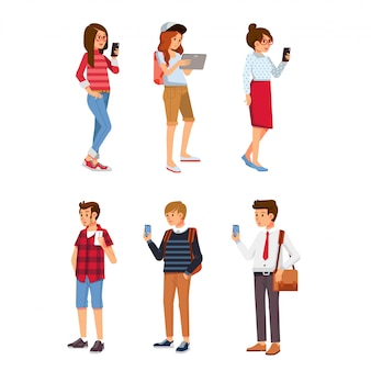 Conjunto de jóvenes isométricos con gadget. jóvenes, hombres y mujeres con tableta de teléfono inteligente y teléfono