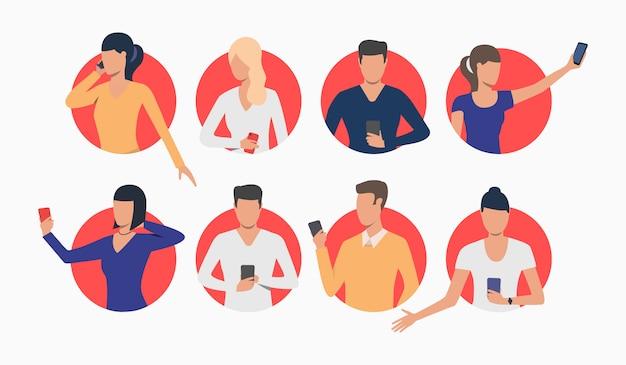 Conjunto de jóvenes que usan teléfonos inteligentes