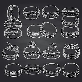 Conjunto de macarrones dulces dibujados a mano en pizarra negra