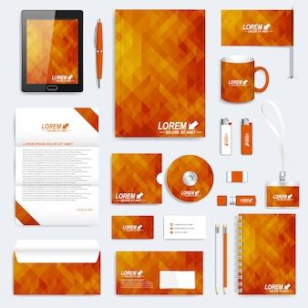Conjunto de material de oficina y papelería corporativa con patrón geométrico naranja