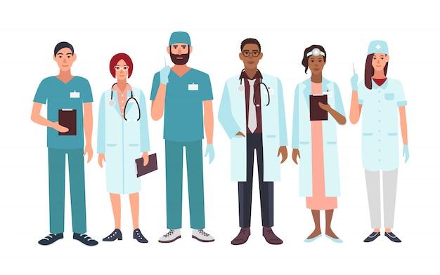 Conjunto de médicos diferentes especialización, enfermera, cirujano, terapeuta, otorrinolaringólogo. personajes de ilustración en estilo plano. un grupo de hombres y mujeres trabajadores médicos.
