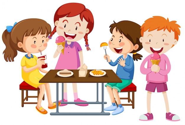 Conjunto de niños comiendo juntos