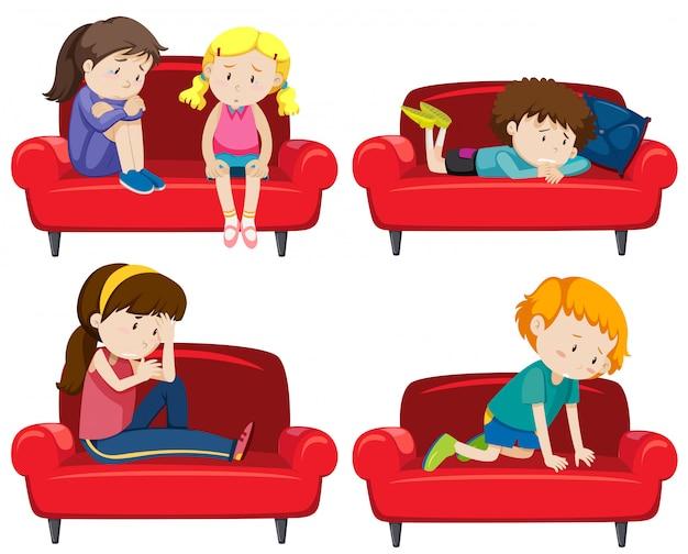 Conjunto de niños deprimidos en sofá