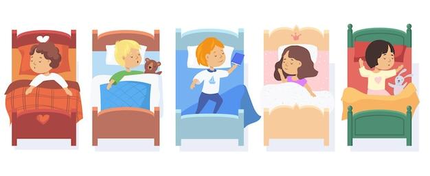 Conjunto de niños durmiendo en camas.