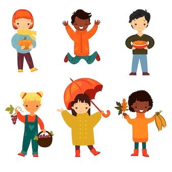 Conjunto de niños felices sonrientes de diversas etnias y géneros en otoño