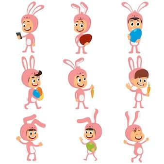 Conjunto de niños felices en traje de conejito con orejas cazando huevos de pascua.