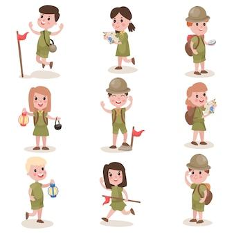 Conjunto de niños y niñas exploradores con equipo de senderismo, actividades de campamento de verano.