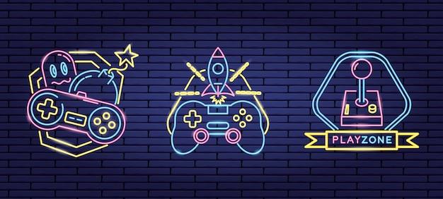 Conjunto de objetos relacionados con videojuegos en neón y estilo lineal.