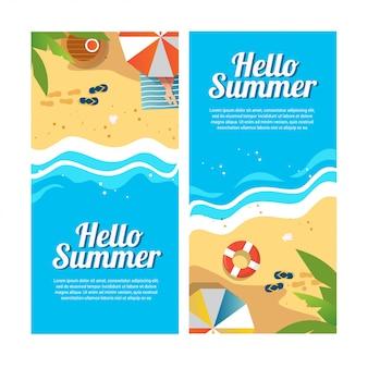 Conjunto de pancartas de viajes de verano con sombrillas de playa, sandalias, olas e ilustración de vista superior de palmeras tropicales