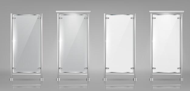 Conjunto de pancartas de vidrio vacías en rejillas de metal, pantallas transparentes y blancas.