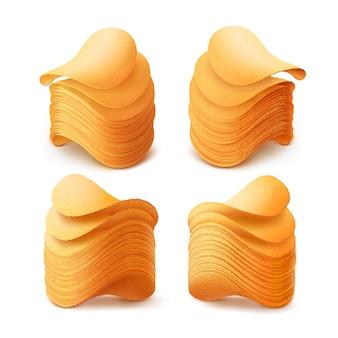 Conjunto de papas fritas crujientes pilas cerca aislado sobre fondo blanco.