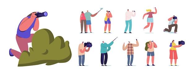Conjunto de personas con cámaras fotográficas. personajes masculinos femeninos que toman fotos, hacen selfie en teléfonos inteligentes, turistas o paparazzi con cámara fotográfica aislada sobre fondo blanco. ilustración vectorial de dibujos animados