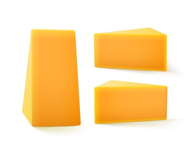 Conjunto de piezas triangulares de queso cheddar cerrar aislado sobre fondo blanco.