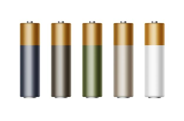 Conjunto de pilas aa alcalinas blancas, negras, azules, verdes y brillantes de diferentes colores para la marca de cerca aislado sobre fondo blanco.