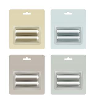 Conjunto de pilas aa alcalinas brillantes de color gris claro, azul, amarillo, marrón, en blíster gris claro, azul, amarillo, marrón embalado para la marca cierre aislado sobre fondo blanco.