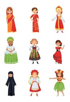 Conjunto plano de chicas lindas en diferentes trajes nacionales. niños sonrientes con ropas tradicionales de varios países.