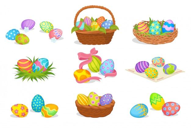 Conjunto plano de lindas composiciones de pascua. huevos pintados en cestas y nidos. vacaciones de primavera