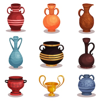 Conjunto plano de varias ánforas. antigua cerámica griega o romana para vino o aceite. viejas jarras de barro con adornos. copa dorada brillante