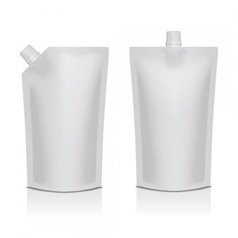 Conjunto de plástico blanco en blanco doypack bolsa de pie con pico. embalaje flexible para comida o bebida.