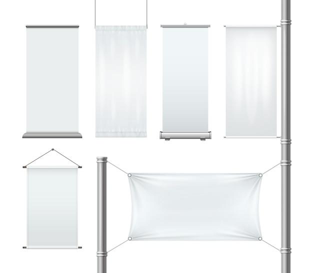 Conjunto de publicidad enrollable en blanco textil o en papel y pancartas colgantes con pliegues y bandera en pilar aislado sobre fondo blanco.