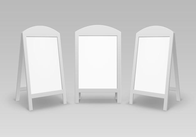 Conjunto de sándwich de mano de calle de publicidad en blanco vacío ovalado redondo soportes carteles en la acera aislados sobre fondo