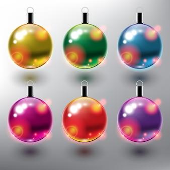 Conjunto de seis adornos navideños de bolas de navidad de color aislado sobre fondo blanco.