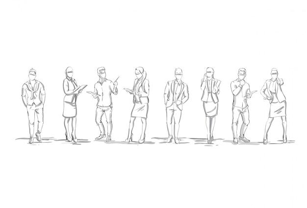 Conjunto de siluetas de boceto de figuras de empresarios empresarias y hombres de negocios de longitud completa sobre fondo blanco