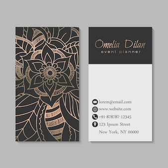 Conjunto de tarjeta oscura y dorada con flores dibujadas a mano zentangle.