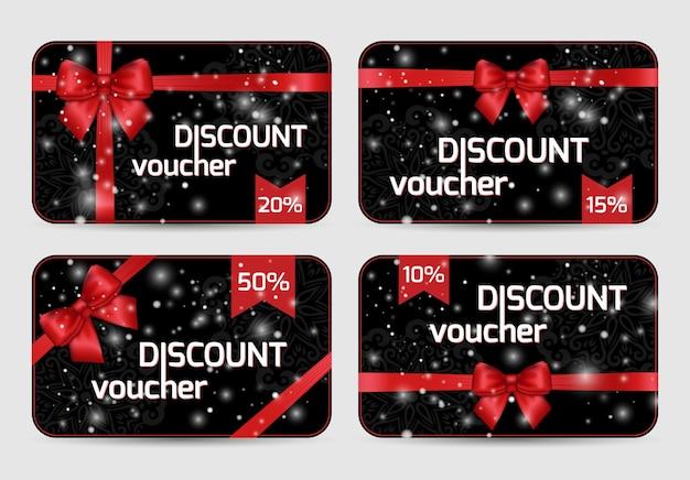 Conjunto de tarjetas de cupones de descuento ornamentales con lazo de cinta de satén rojo brillante de vacaciones sobre fondo de encaje negro oscuro.