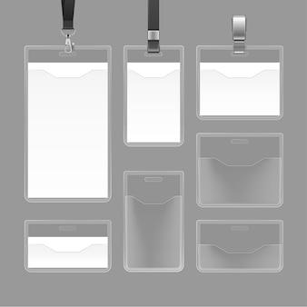 Conjunto de tarjetas de identificación en blanco vacías blancas de identificación e insignias de plástico transparente aisladas sobre fondo gris