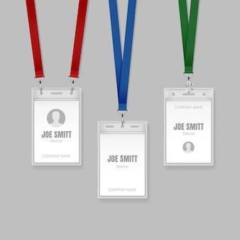 Conjunto de tarjetas de identificación en cordones de color rojo, azul y verde ilustración de las plantillas de placa de identificación del titular de la etiqueta de nombre para el director sobre fondo gris