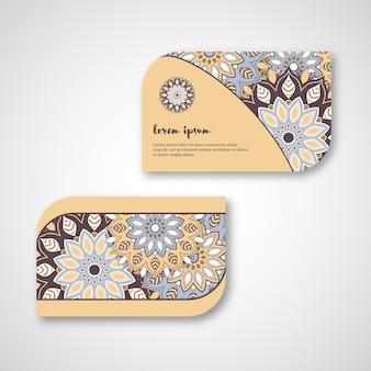Conjunto de tarjetas de mandala dibujadas a mano ornamentales