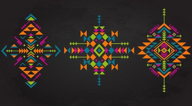 Conjunto de tres elementos de patrones étnicos coloridos con formas geométricas