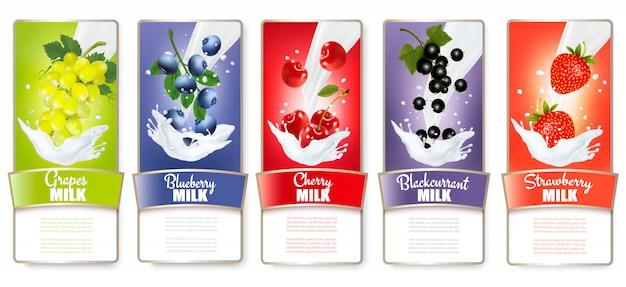 Conjunto de tres etiquetas de fruta en salpicaduras de leche. fresa, arándano, guayaba, frambuesa, mora, uvas. .