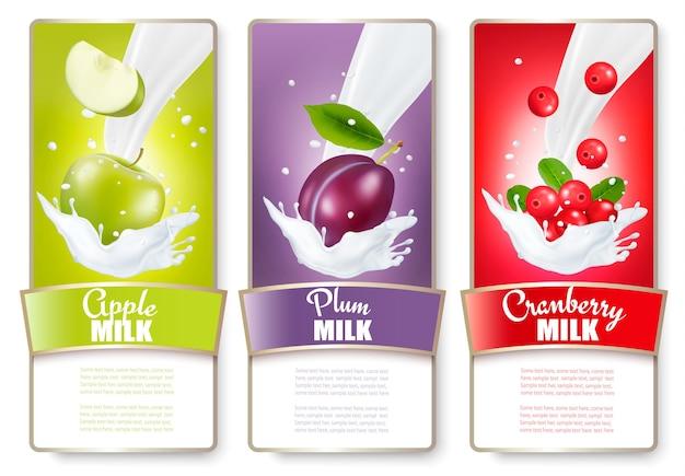 Conjunto de tres etiquetas de frutas en salpicaduras de leche. manzana, ciruela, arándano.
