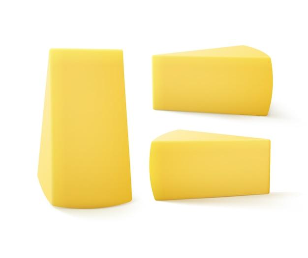 Conjunto de trozos triangulares de queso cerca aislado sobre fondo blanco.