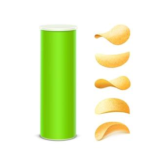 Conjunto de tubo contenedor de caja de hojalata verde claro para paquete con papas fritas crujientes de diferentes formas de cerca sobre fondo blanco.
