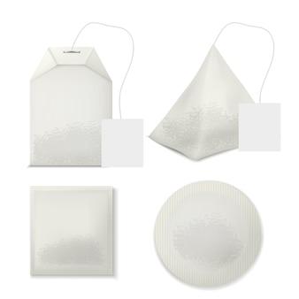 Conjunto de varias bolsas de té de forma con etiquetas de etiqueta en blanco y hojas dentro
