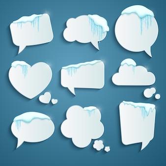 Conjunto de varias burbujas de discurso decoradas con nieve realista y carámbanos.