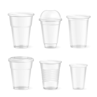 Conjunto de vasos de comida desechables de plástico realista de varios tamaños en blanco aislado