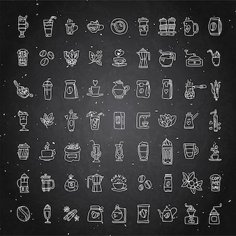 Conjunto de vectores de iconos de café sobre fondo de tiza negra. icono de café dibujado a mano, colección de doodle de vector.