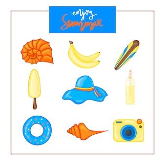 Conjunto del verano de items en un fondo blanco. viajes, playa y comida deliciosa.