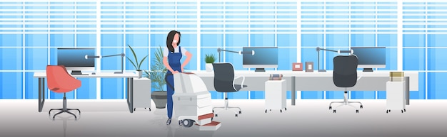 Conserje femenino con aspiradora mujer sonriente en concepto de servicio de limpieza de piso uniforme concepto moderno interior de oficina horizontal completo