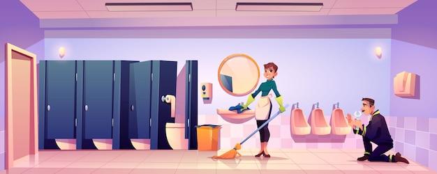 Conserje mujer y fontanero trabajan en baño público