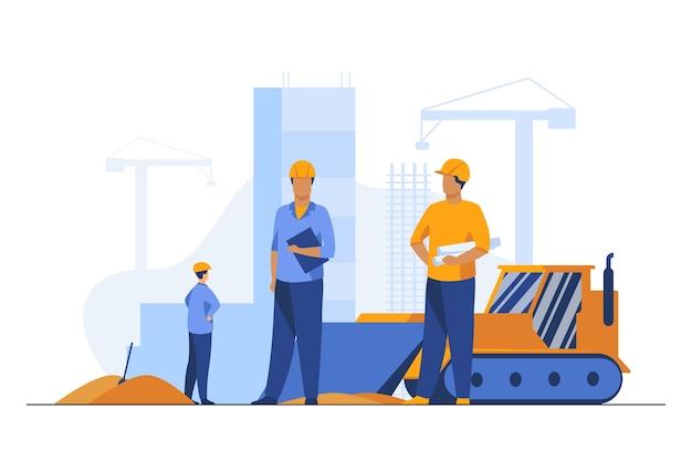 Constructores en cascos trabajando en sitio de construcción. máquina, construcción, ilustración de vector plano trabajador. ingeniería y desarrollo