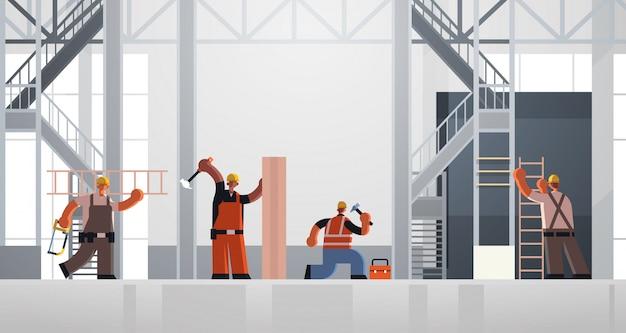Constructores con martillo y escalera obreros ocupados equipo de carpinteros en uniforme trabajando juntos concepto de construcción interior del sitio plano horizontal de longitud completa