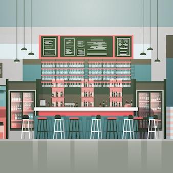 Contador interior del café del bar o de la cafetería vacío con las botellas de alcohol y de vidrios en estantes