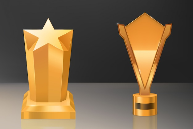 Copa, trofeo dorado sobre pedestal con placa de identificación