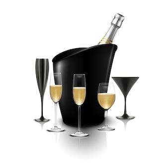 Copa de vino y una botella de champán en un cubo